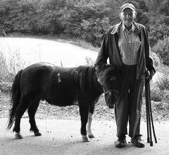 Hugo (99) und sein Amadeus, die jeden Tag zusammen spazieren gehen