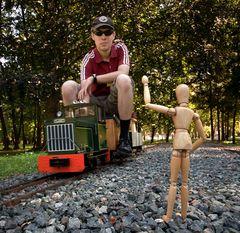 Hugo Holzmann gibt dem vorbeifahrenden Zug freie Fahrt!