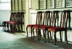 Huit chaises vides!