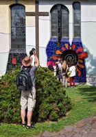 """Hundertwasser Fenster """"Lebensspirale"""" mit Fotofreunden vor der """"Sankt Barbara"""" Kirche!"""
