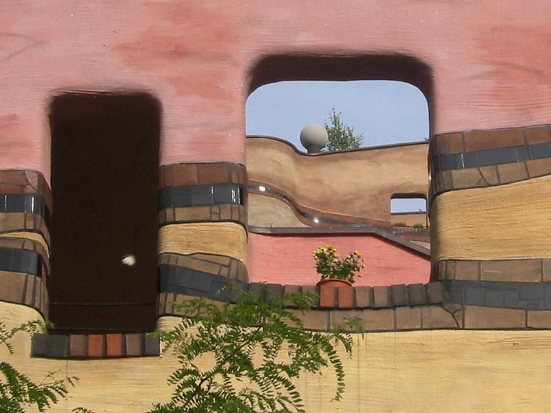 Hunderwasserhaus in Darmstadt mit Durchblick
