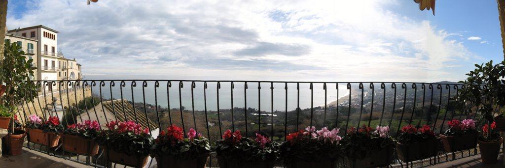I colori dei ciclamini nel balcone della Loggia a Vasto