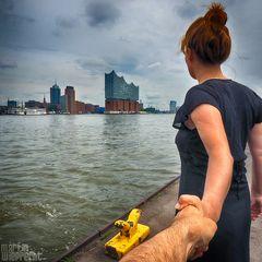 I Follow You: Elbphilharmonie - Blick über die Elbe