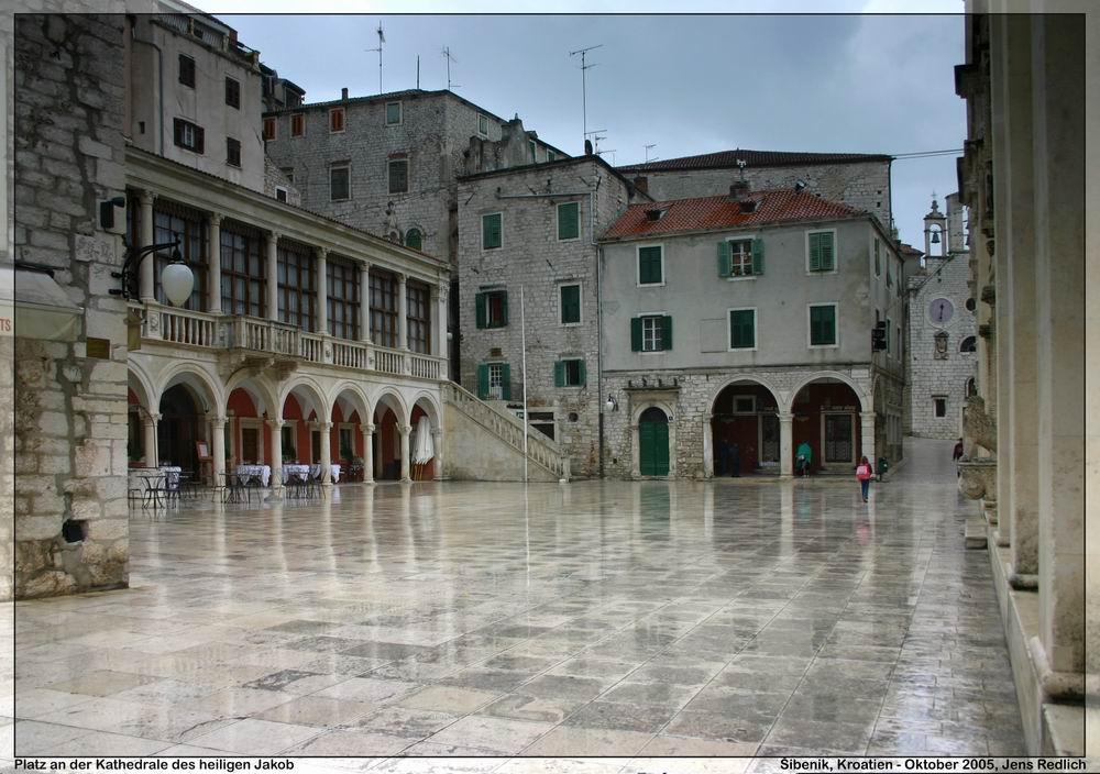 Šibenik - Platz vor der Kathedrale des heiligen Jakob im nassen Regengrau (color)
