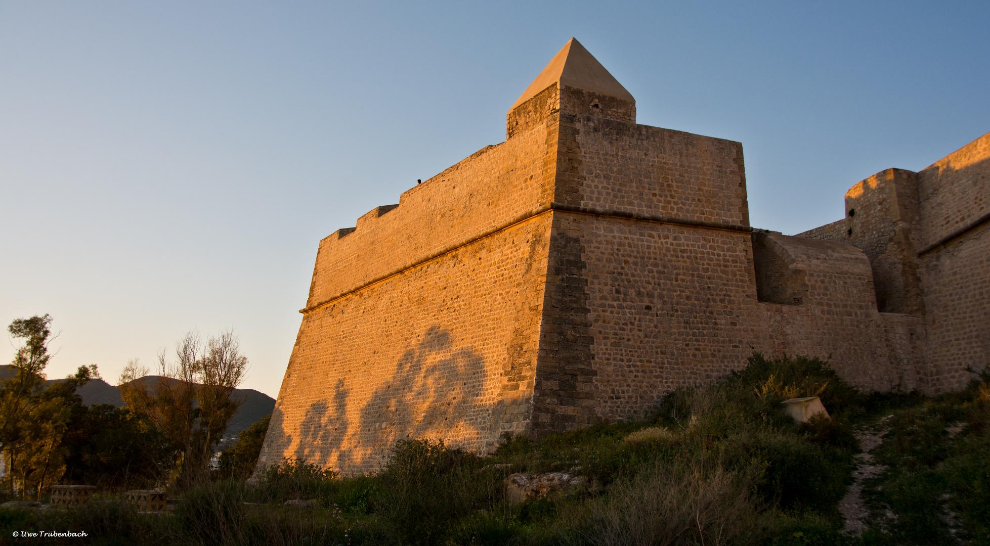 Ibiza / Detail der Festungsanlage in der Abendsonne