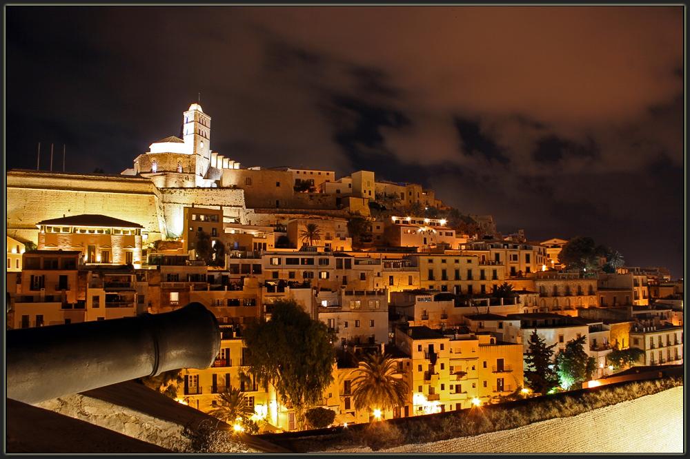 Ibiza-Stadt bei Nacht II