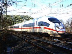 ICE nach Verlassen der Hohenzollernbrücke in Köln