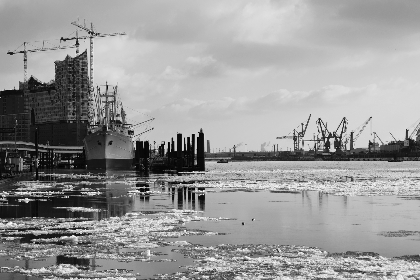 Icecold harbor day in Hamburg