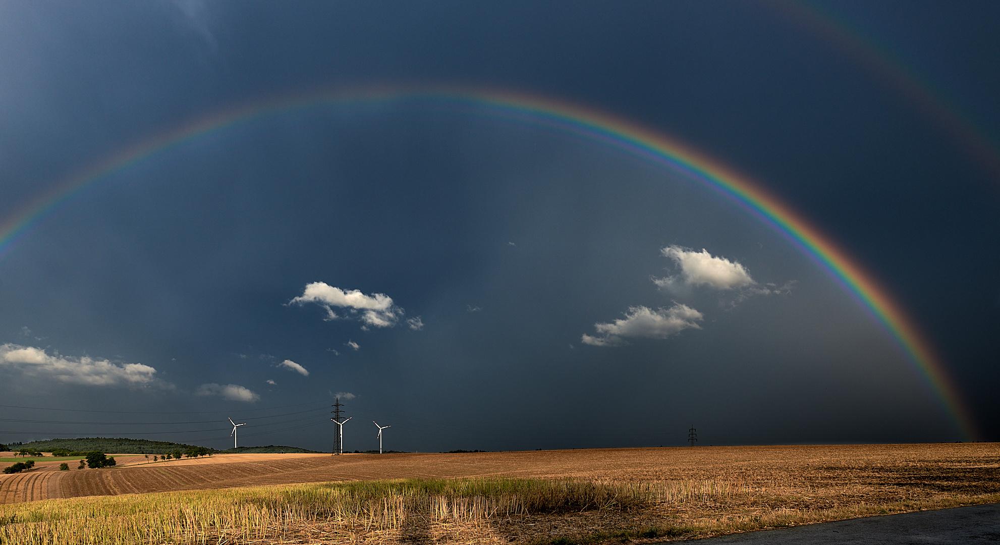 Ich fand die Lichtstimmung nur gut, einfach GEIL... :-)), in der Bildmitte regnet es noch...