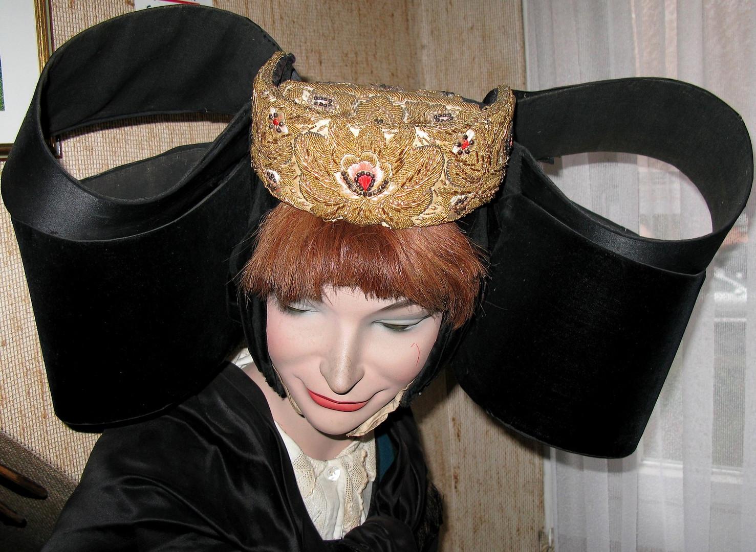 Ihre Mutter mit ihrem regionalen Hut  :-))