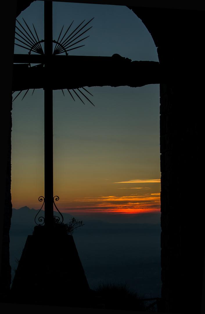 Il crocifisso con i colori del caldo tramonto.