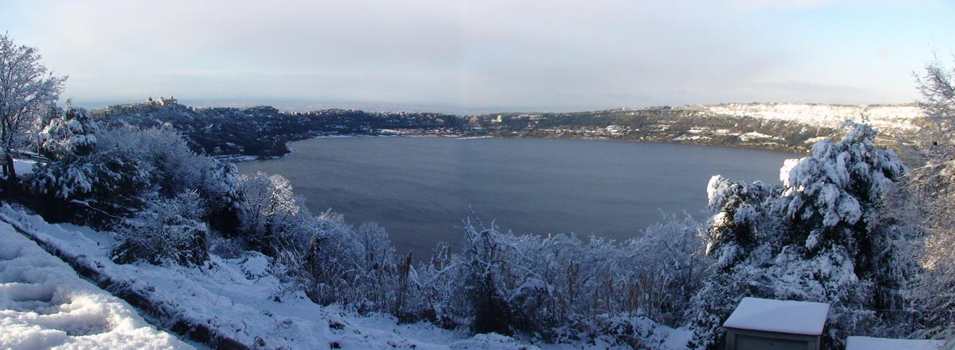 Il lago di albano sotto neve