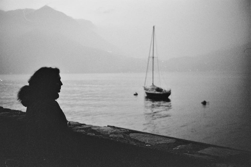 il lago e la presenza umana nella quiete della sera