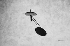 Il lampione che irradia l'ombra