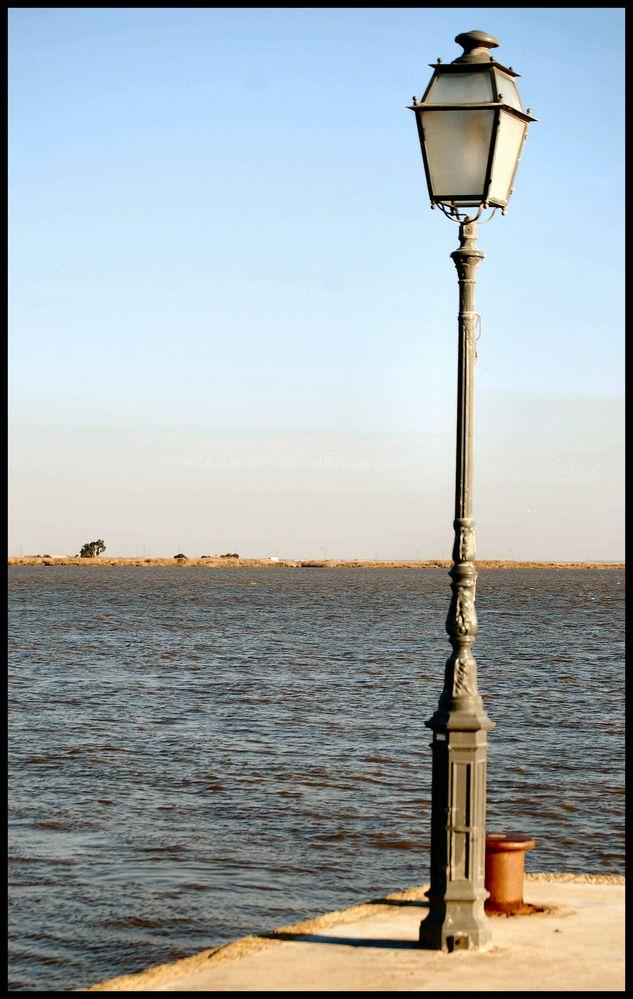 Il lampione storto. The crooked street lamp .