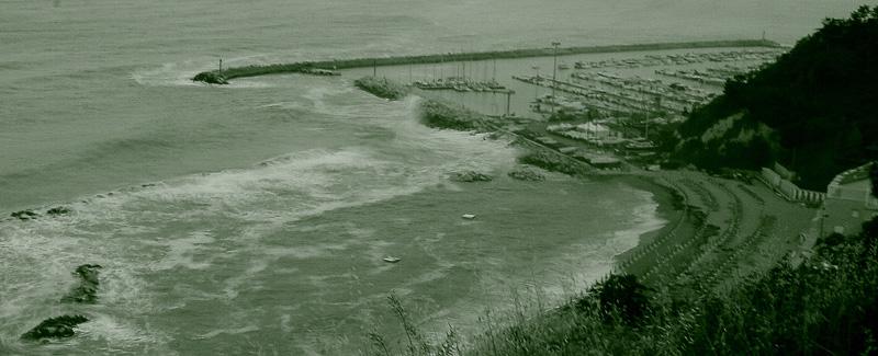 Il mare d'inverno . . . è come un film in bianco e nero alla tv . . .