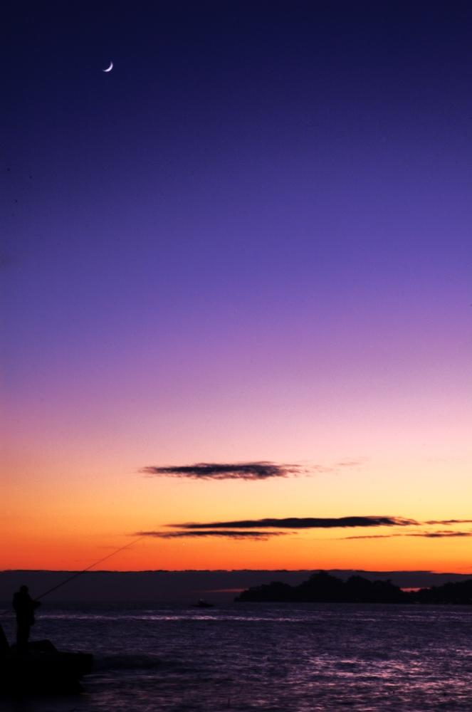il pescatore, il tramonto, la luna