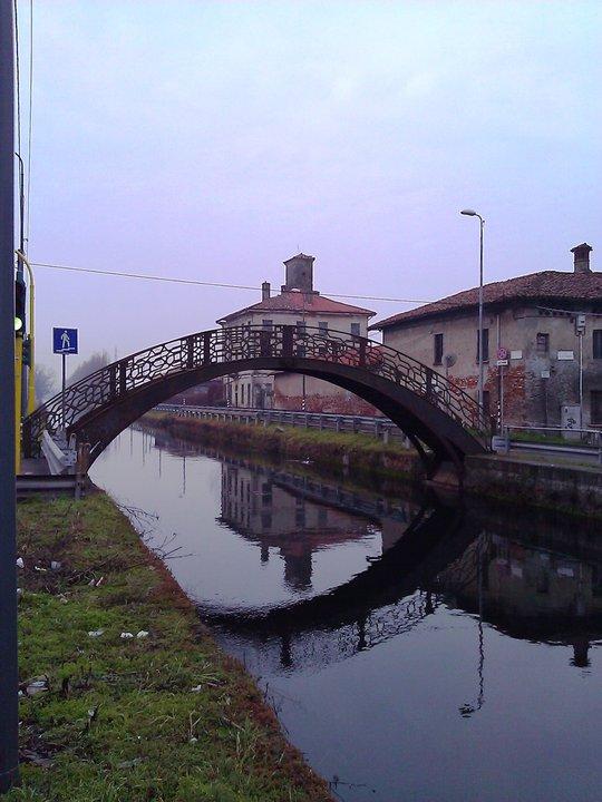 Il ponte di ferro sul naviglio grande.