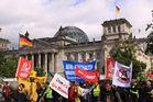 Illustre Gesellschaft vor dem Bundestag
