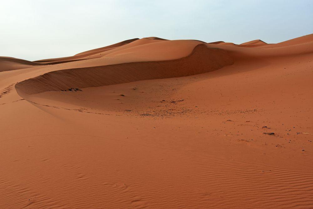Im Erg Chebbi, Marokkos grandioser Dünenlandschaft, am frühen Morgen