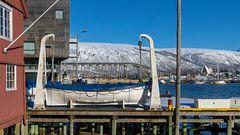 Im Hafen von TROMSÖ: Tromsöbrua mit Eismeerkathedrale
