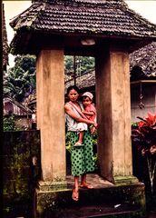 Im Hauseingang, Bali .DSC_7320-2