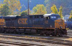 Im herbstlichen Morgenlicht stehende CSX#893, eine moderne ES44AC, Grafton Yard,WV, USA