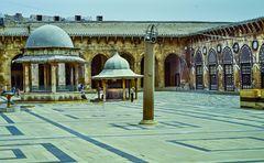 Im Hof der Mosche.             .120_3857