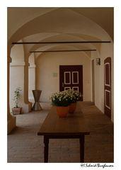 im Innenhof... von Schloss Mariakirchen