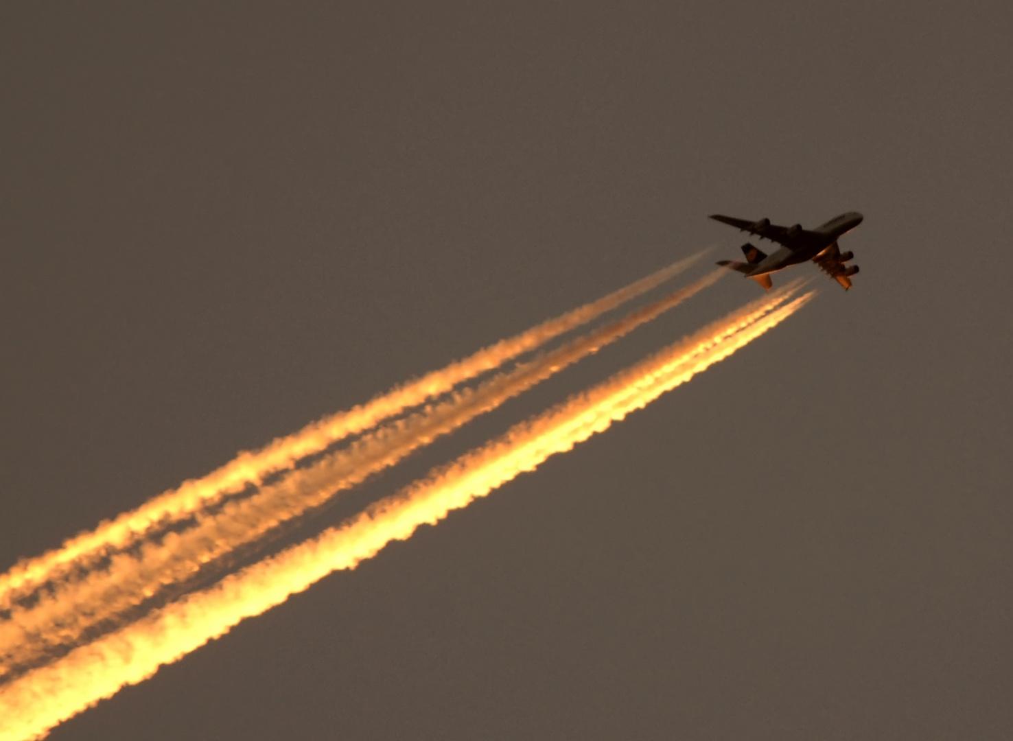 Im letzen Sonnenlicht LH Airbus A380 nach Peking westlich von Berlin