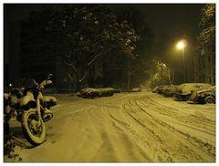 Im Licht der Natriumdampflampe - vorweihnachtliche Ansicht einer Dezembernacht