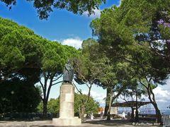 Im Park des Castelo Sao Jorge mit Statue König Alfonso Henriques Alfonso I