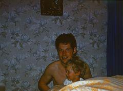 Im Schlafzimmer vor 25 Jahren*Mit Benno und kurzen Haaren*Bei der Fahne !