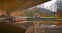 Im Stadtpark bei Regen untergestellt