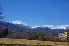 im Tal der Frühling, die Schneekoppe noch ganz in weiß