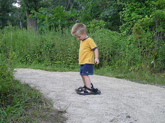 Im Urlaub wollte er auch mal Papis Schuhe anhaben