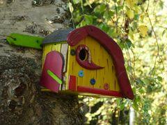 Im Vogelhaus ist es leer, denn der Herbst beginnt.