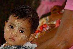 im vorortezug, yangon, burma 2011