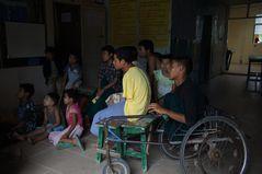 im waisenhaus, beim wöchentlichen fernsehn, mandalay, burma 2011