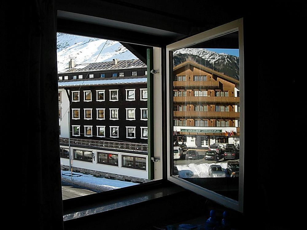 Immagine riflessa in una finestra
