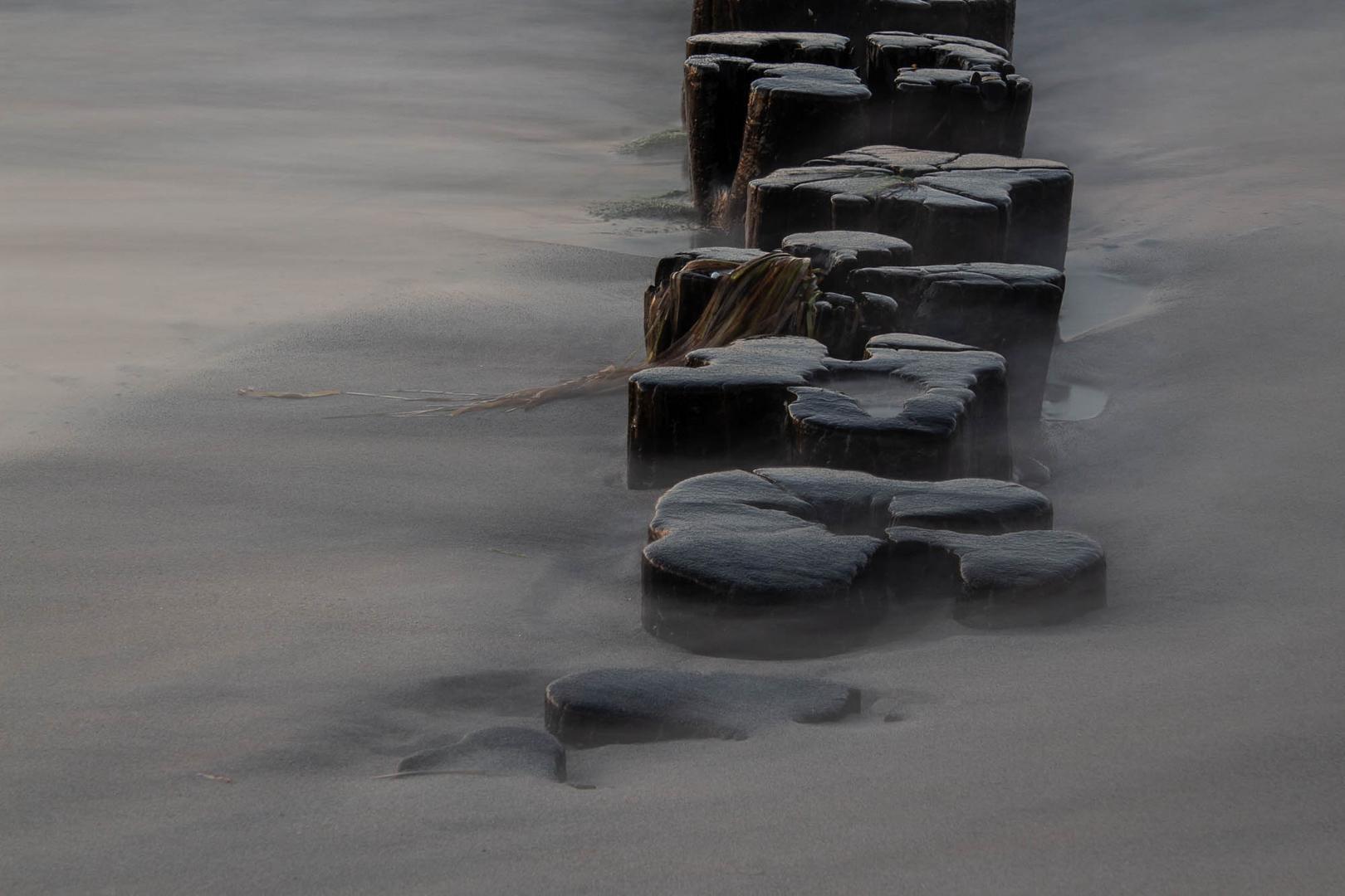 ....immer wieder Buhnen im Meer .....