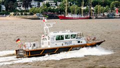 Immer wieder ein Schauspiel der besten Art : Lotsenboot in Aktion