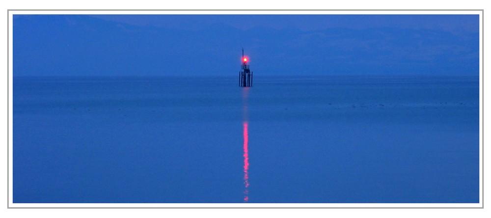 Impressionen 8 - Blinklicht in der Dämmerung auf dem Bodensee bei Friedrichshafen