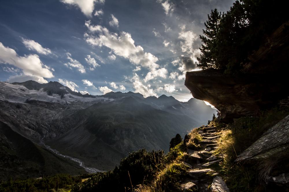 In den Bergen gegen das Licht