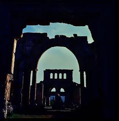 In den Ruinen der Kirche.   .120_3760