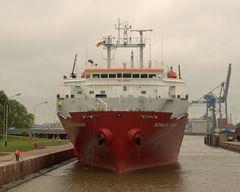 In der grossen Seeschleuse Emden