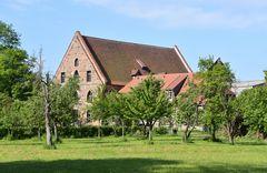 In der Klosteranlage des Doberaner Münsters mit dem Kornhaus