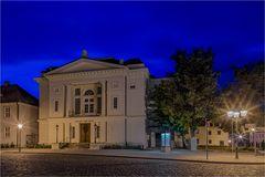 In der Nachbarschaft vom Rathaus Bernburg befindet sich das Theater