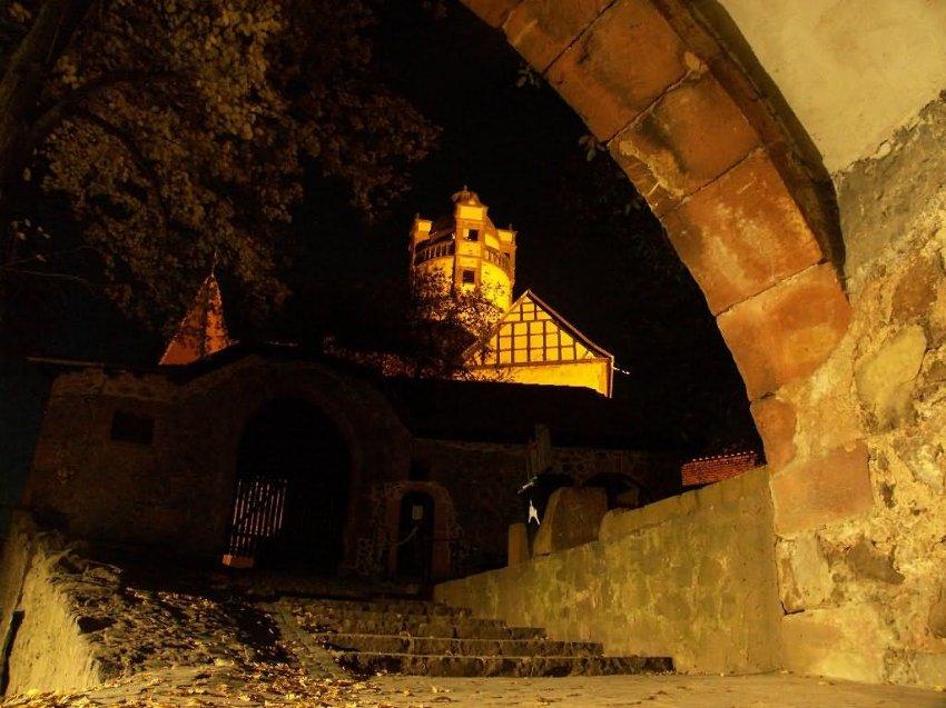 In der Ronneburg (Hessen) bei Nacht.