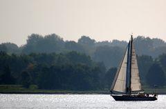 In einen sonnigen Sonntag segeln